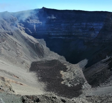 December 06 , 2020. EN . La Réunion : Piton de la Fournaise , Indonesia : Semeru , Hawaii : Mauna Loa , Chile : Villarica .