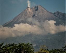 05 Décembre 202. FR . La Réunion : Piton de la Fournaise , Indonésie : Merapi , Kamchatka : Klyuchevskoy , Guatemala : Pacaya , La Martinique : Montagne Pelée .