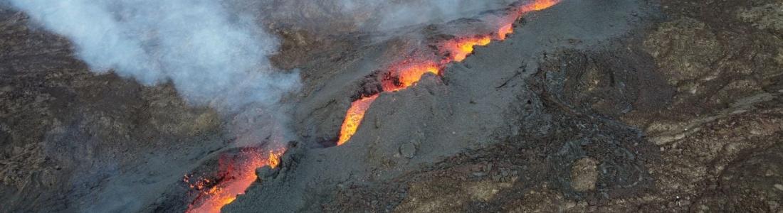 09 Décembre 2020. FR . La Réunion : Piton de la Fournaise , Indonésie : Sinabung , Chili : Nevados de Chillan , Colombie : Nevado del Ruiz , Islande : Péninsule de Reykjanes .