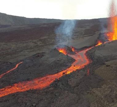 April 26, 2021. EN . Japan : Sakurajima , La Réunion Island : Piton de la Fournaise , Philippines : Taal , Chile / Argentina : Nevados of Chillan , Saint Vincent : Soufrière Saint Vincent .