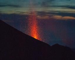 05 May 2021. EN . Italy : Stromboli , Italy / Sicily : Etna , Guatemala : Fuego / Pacaya , La Réunion Island : Piton de la Fournaise , Hawaii : Kilauea .