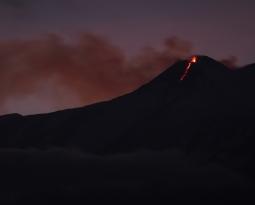 Decembre 13 , 2018 . EN.  Papua New Guinea : Manam , Alaska : Cleveland , Italy / Sicily : Etna , Guadeloupe : La Soufrière , Indonesia : Ibu .
