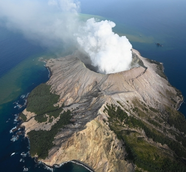 January 07, 2020. EN . New Zealand : White Island , Peru : Sabancaya , Indonesia : Anak Krakatau , Peru : Ubinas .