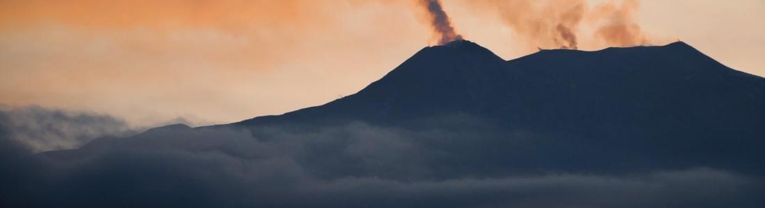 01 Avril 2020 . FR . Italie : Stromboli , Italie / Sicile : Etna , Colombie : Nevado del Ruiz , El Salvador : San Miguel ( Chaparrastique ) .
