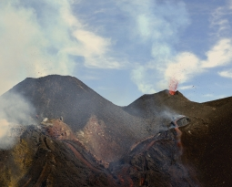 April 08 , 2020. EN. Italy / Sicily : Etna , Peru : Ubinas , Italy : Stromboli , El Salvador : San Miguel (Chaparrastique) , Colombia : Nevado del Ruiz .