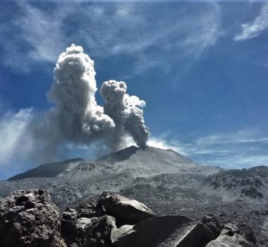 April 28, 2020. EN . Peru : Sabancaya , Peru : Ubinas , Italy : Vesuve , Guatemala : Pacaya , Mexico : Popocatepetl .