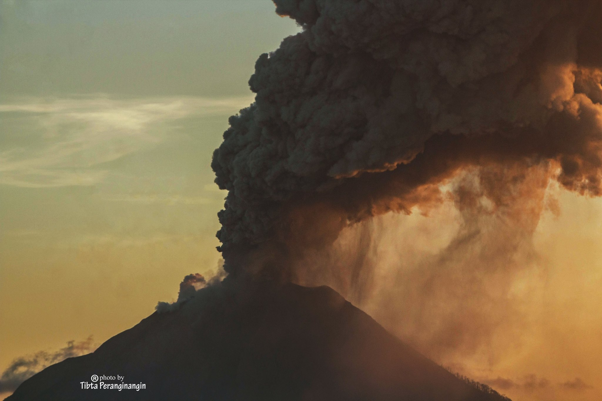 July 04 , 2016. EN. Klyuchevskoy , Cascades Range Volcanoes , Sinabung , Santiaguito .