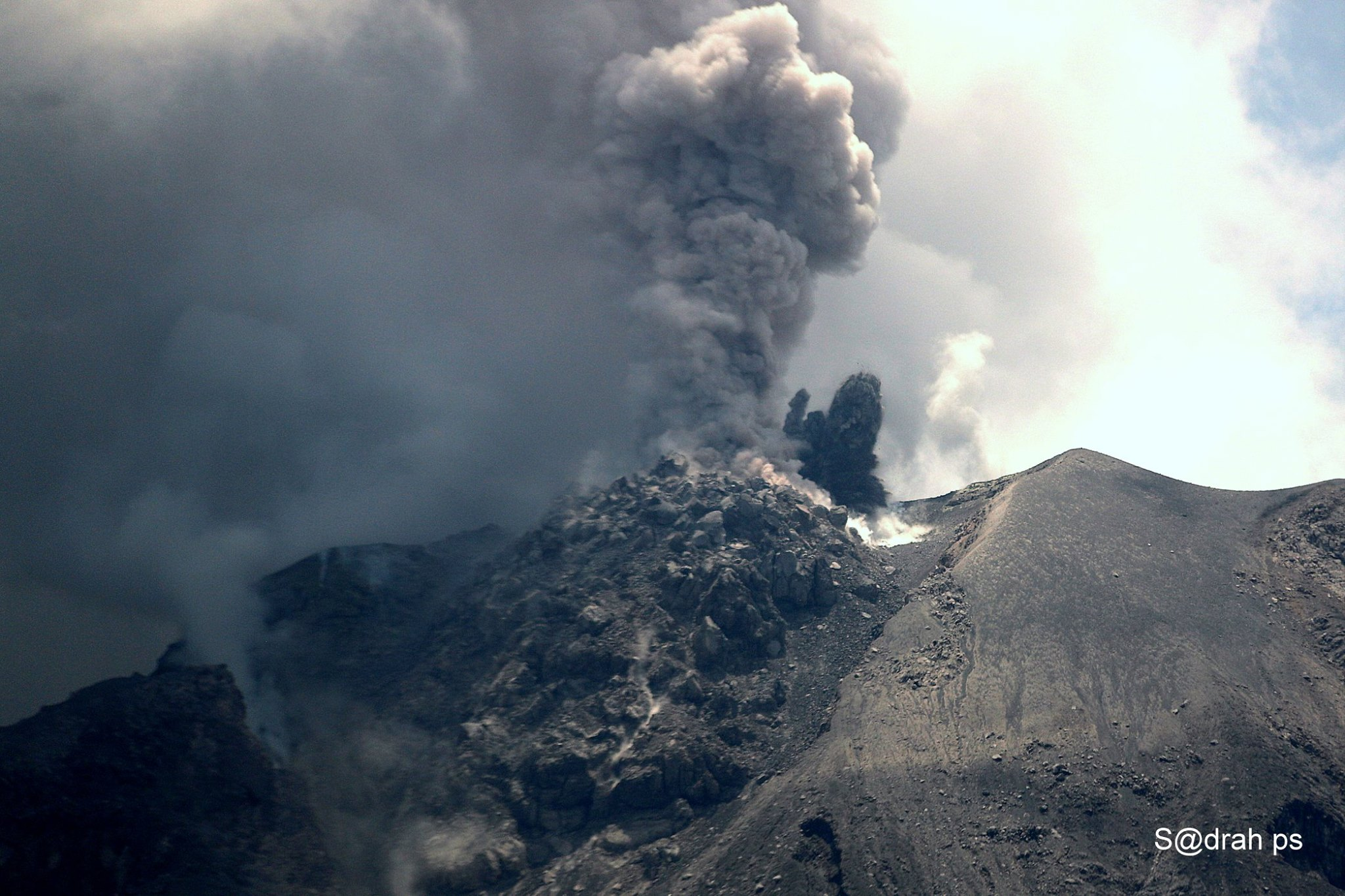 October 04 , 2017. EN. llaima , Misti , Yellowstone , Piton de la Fournaise , Sinabung .