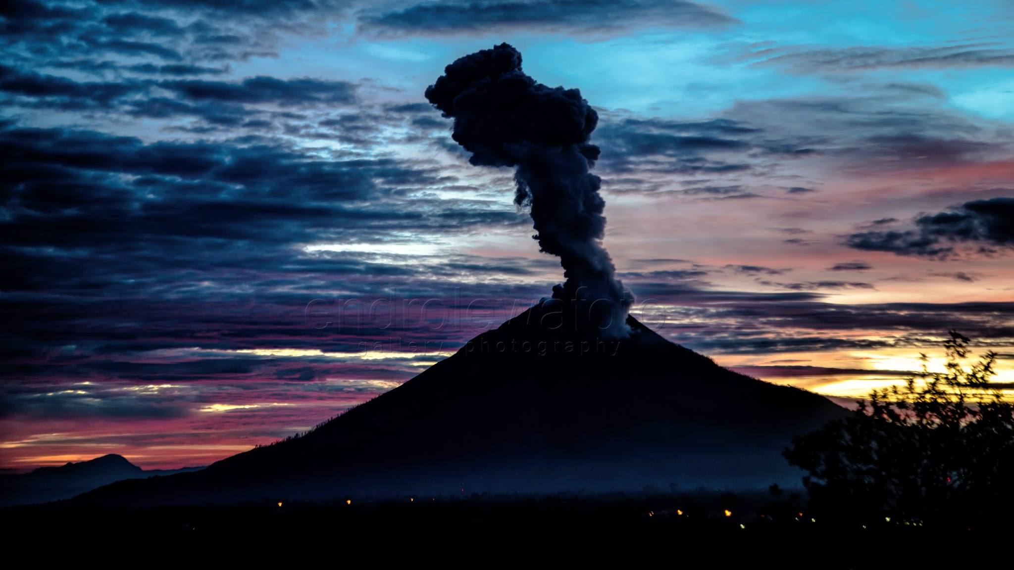 13/10/2017. FR. Sinabung , Agung , Sheveluch , Kilauea , Ambae .