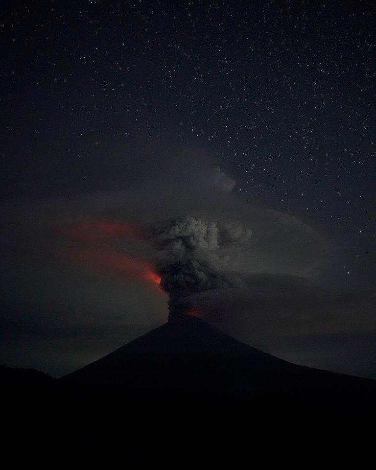 Décember 01 , 2017. EN. Agung , Ebeko , Fuego , Mauna Loa , Kilauea .