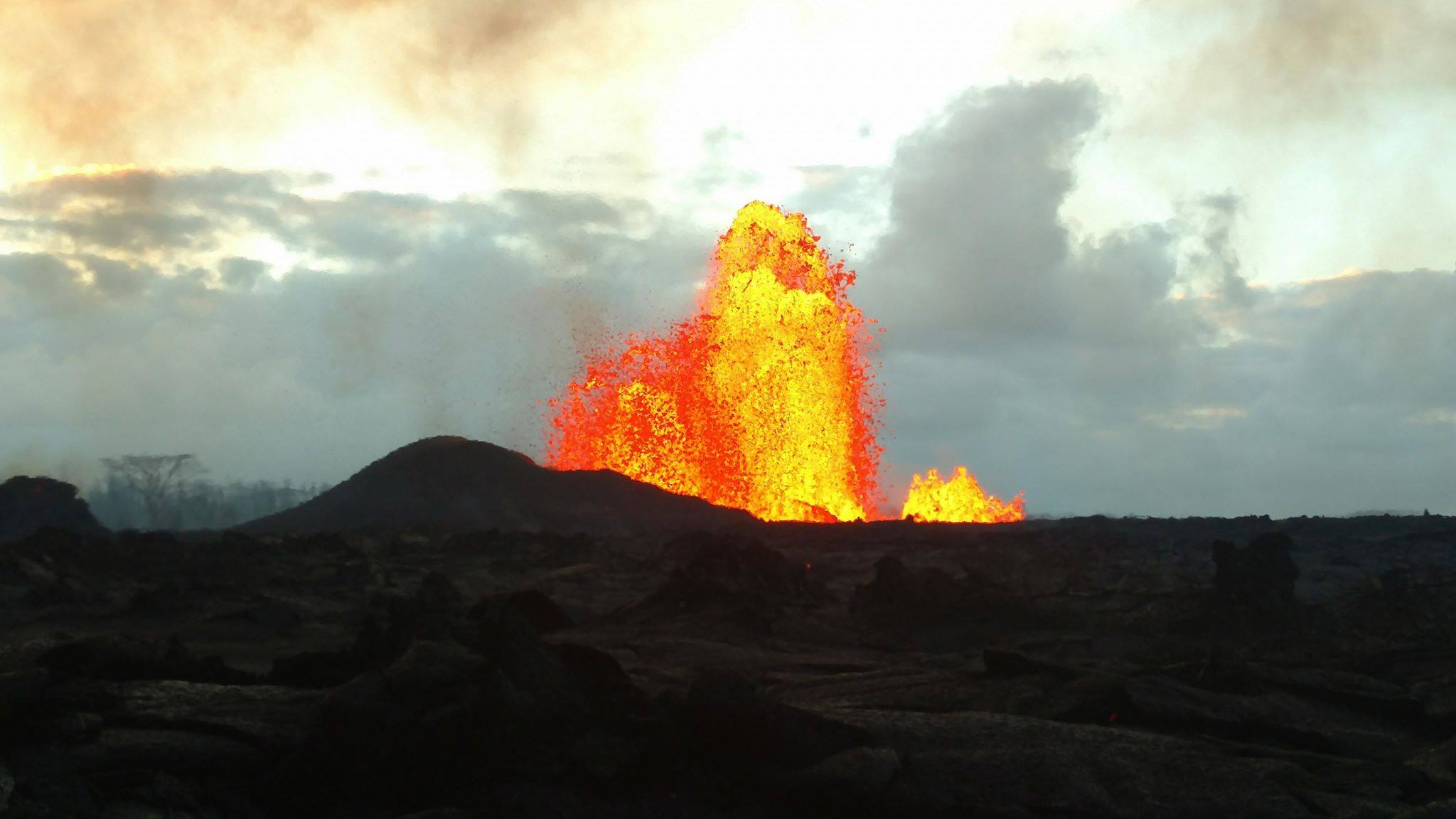 June 01 , 2018.  EN. Pu'u 'Ō'ō / Kilauea , Reventador , Langila , Mérapi .
