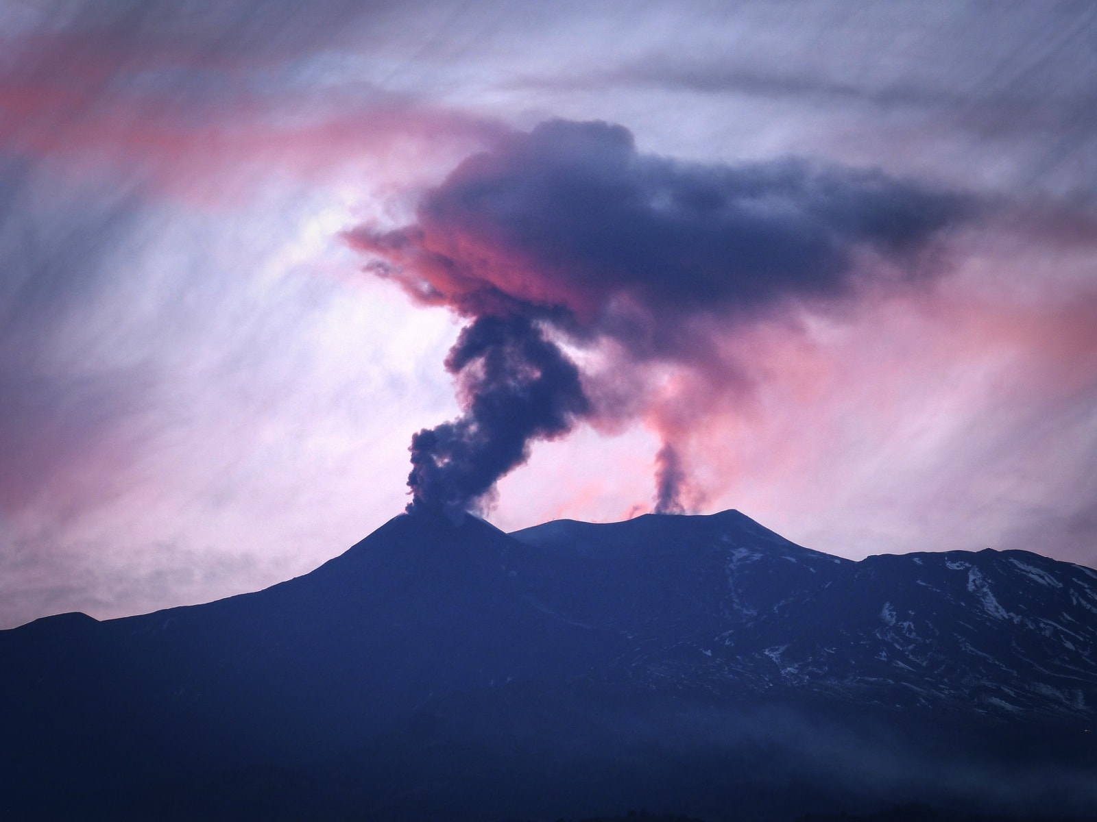 October 20 , 2018. EN.  Italy / Sicily : Etna , A flank of Etna moves laterally. We make the point.