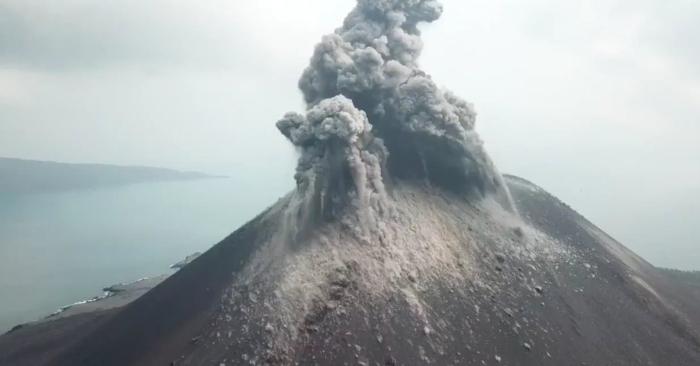 October 29 , 2018. EN.  Alaska : Veniaminof , Indonesia : Anak Krakatau , Guatemala : Fuego , Mexico : Popocatepetl , La Réunion : Piton de la Fournaise .