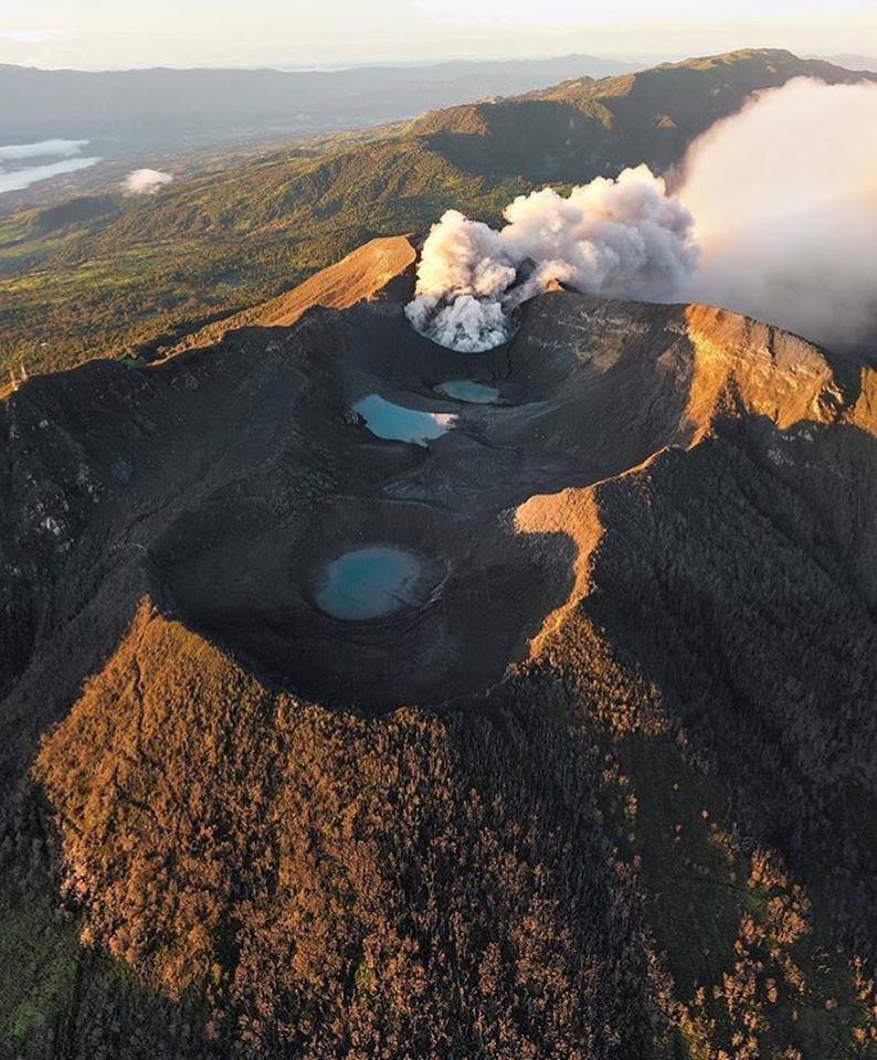 Décember 04 , 2018. EN.  Peru : Sabancaya , Costa Rica : Turrialba / Poas / Rincon de la Vieja , Philippines : Kanlaon , United – States : Yellowstone .