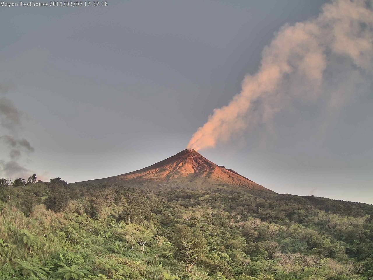 April 05 , 2019. EN. Indonesia : Agung , Colombia : Nevado del Ruiz , El Salvador : Santa Ana (Ilamatepec) , Philippines : Mayon , Guatemala : Fuego , Indonesia : Anak Krakatau.