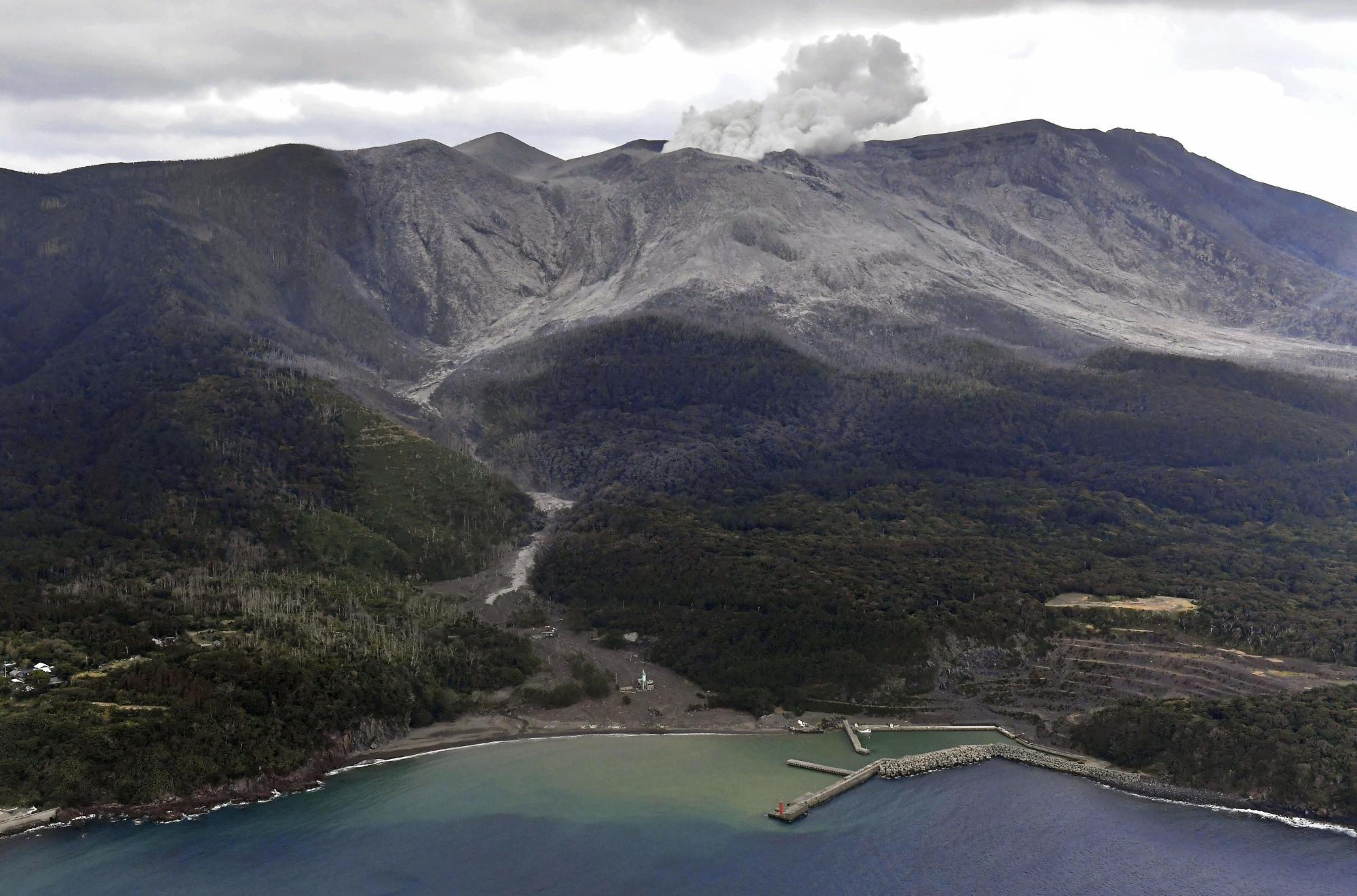 October 29, 2019. EN. Japan : Shindake , La Reunion : Piton de la Fournaise , Peru : Sabancaya , Guatemala : Fuego .