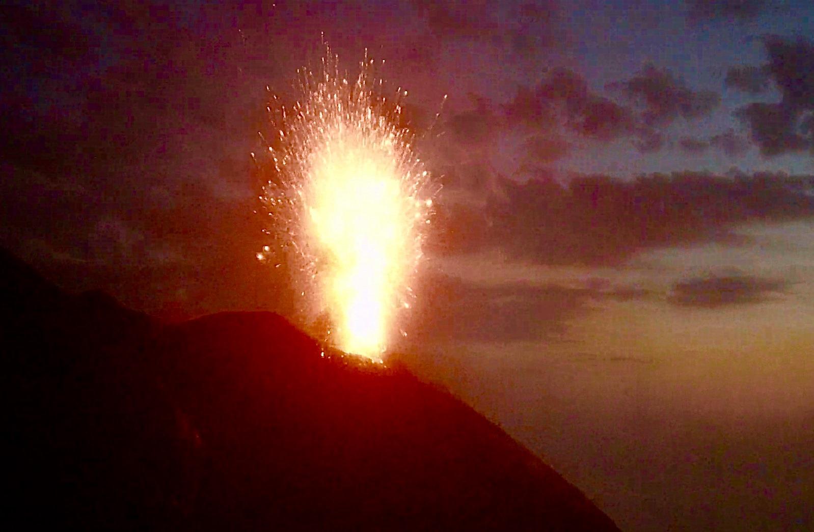 02 Juillet 2020. FR . Italie : Stromboli , La Réunion : Piton de la Fournaise , Etats-Unis : Yellowstone , Chili : Nevados de Chillan , Japon , Nishinoshima .