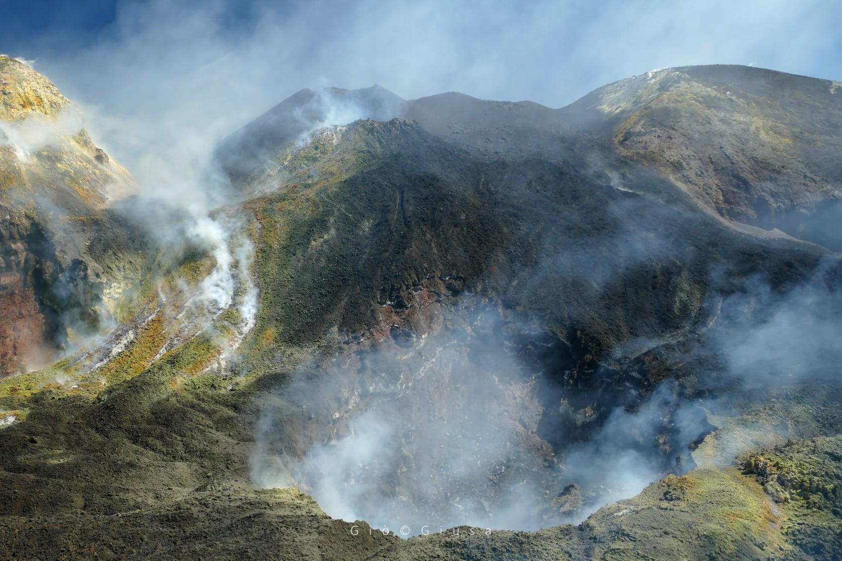 September 02, 2020. EN . Italy / Sicily : Etna , La Reunion : Piton de la Fournaise , Italy : Stromboli , United States : Yellowstone , Ecuador : Sangay .