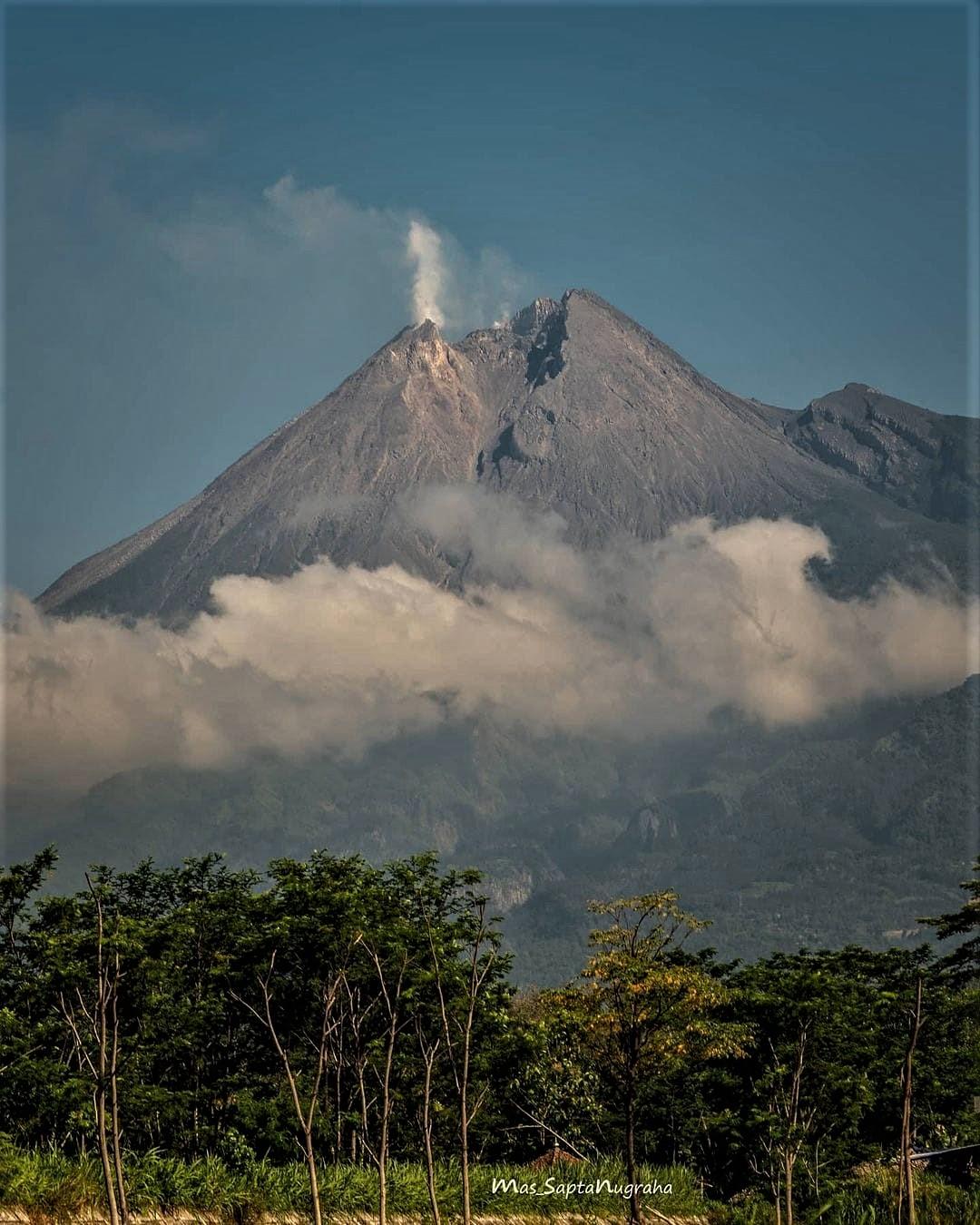 December 05 , 2020. EN . La Réunion : Piton de la Fournaise , Indonesia : Merapi , Kamchatka : Klyuchevskoy , Guatemala : Pacaya , La Martinique : Montagne Pelée .