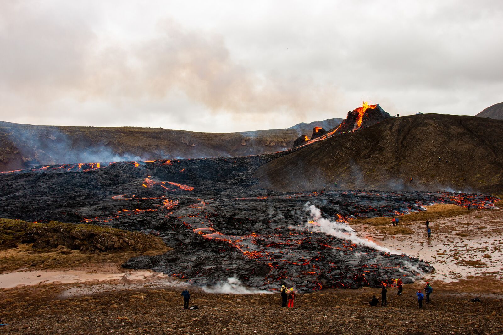 March 25, 2021. EN. Italy / Sicily : Etna , La Réunion : Piton de la Fournaise , Iceland : Fagradalsfjall / Geldingadalur , Alaska : Veniaminof , Chile : Laguna del Maule .
