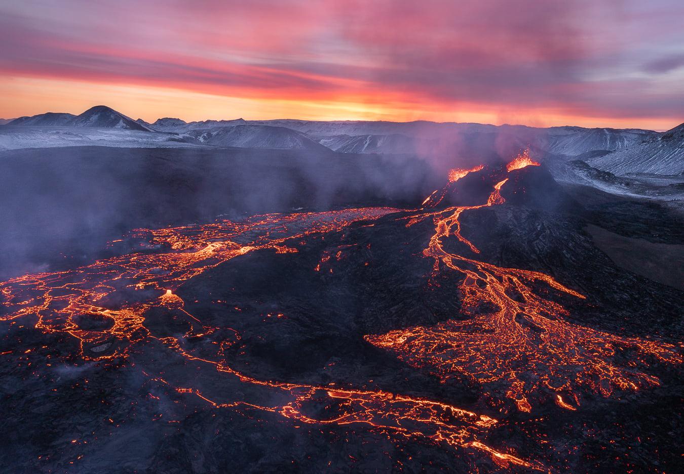 March 29, 2021. EN. Iceland : Fagradalsfjall / Geldingadalur , La Réunion : Piton de la Fournaise , Indonesia : Sinabung , Guatemala : Fuego , Mexico : Popocatepetl .