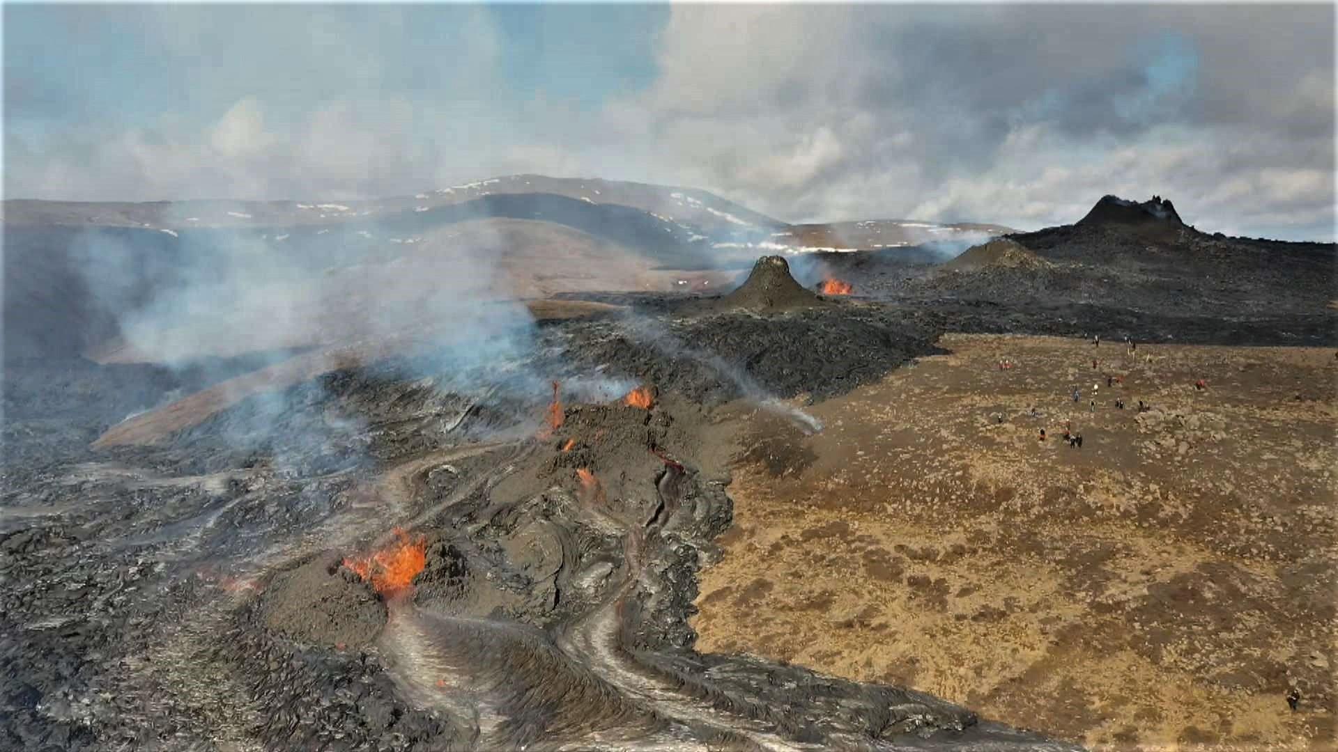 April 14, 2021. EN . Iceland : Geldingadalur , Italy / Sicily : Etna , La Réunion : Piton de la Fournaise , Saint Vincent : Soufrière Saint Vincent , Peru : Sabancaya .